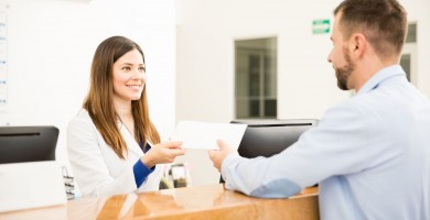Recepcionista de clínica: saiba como contratar essa profissional para aumentar os resultados