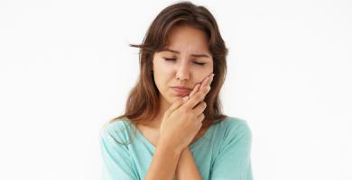 O que causa aftas? Saiba como prevenir e acabar com essas lesões