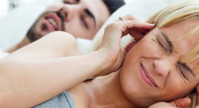 Por que roncar causa mau hálito?