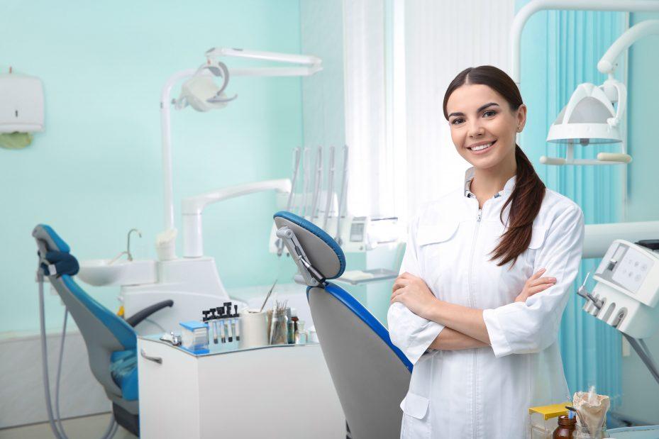 Dentista mostrando como montar um consultório odontológico