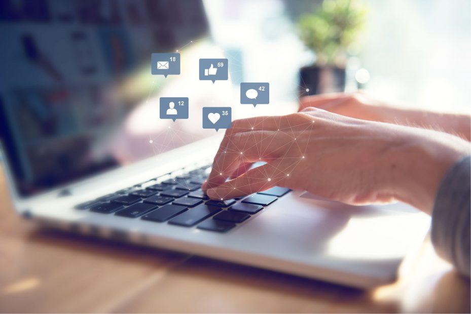 Pessoa usando as mídias sociais para fazer marketing na odontologia