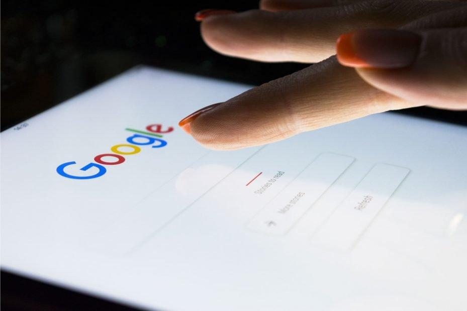 Pessoa fazendo pesquisa de site para dentistas no google