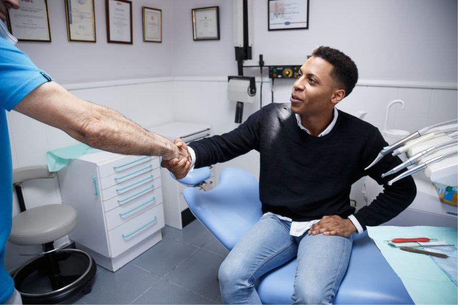 dentista mostrando como divulgar consultório por meio de um bom relacionamento com pacientes
