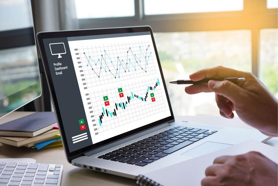 Gráfico de crescimento da gestão de clínicas e consultórios no computador