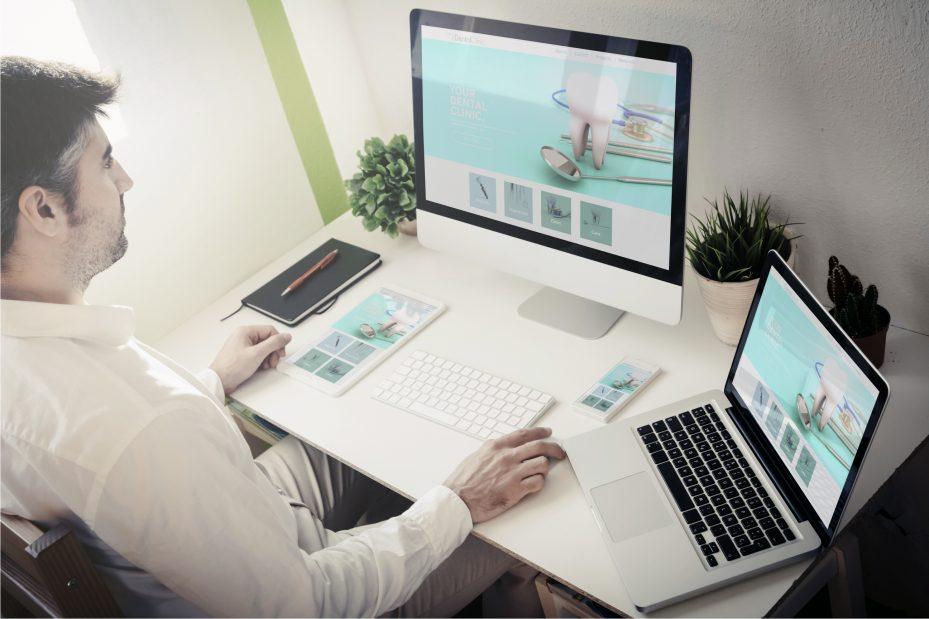 Dentista fazendo a gestão de consultório em seu computador