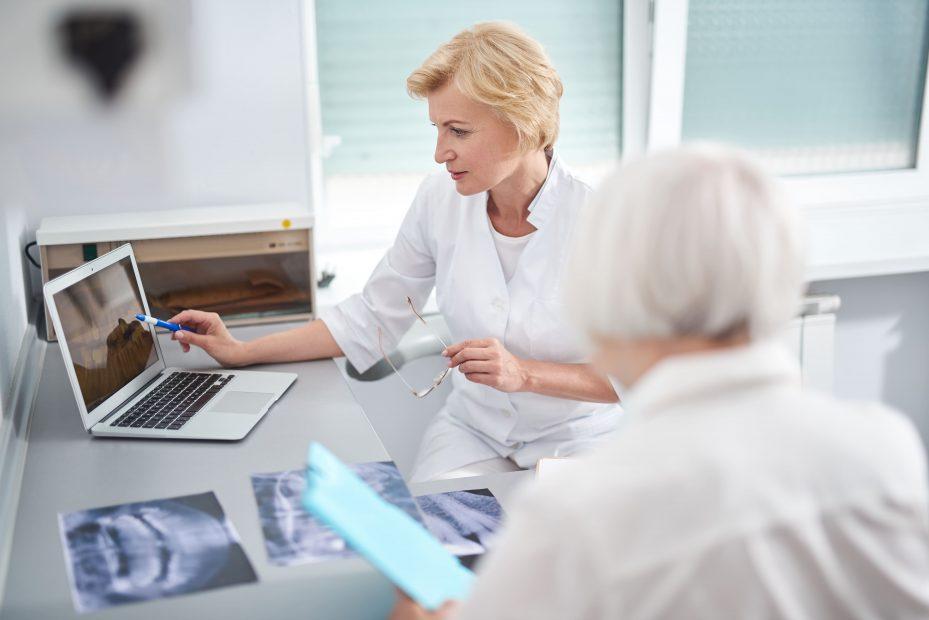 Dentista conferindo seu programa odontológico no computador