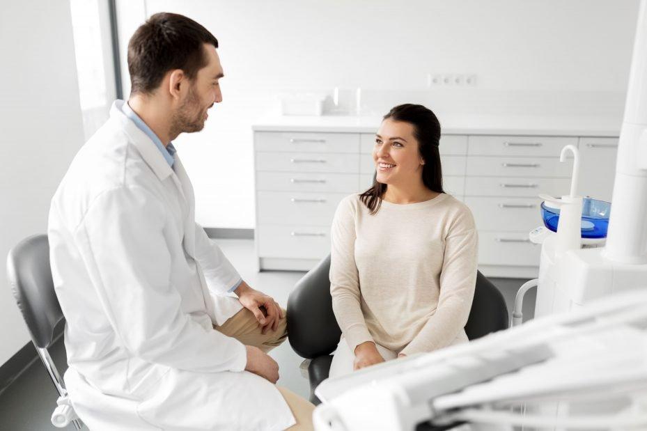 Dentista atendendo paciente, resultado de sua propaganda para consultório odontológico
