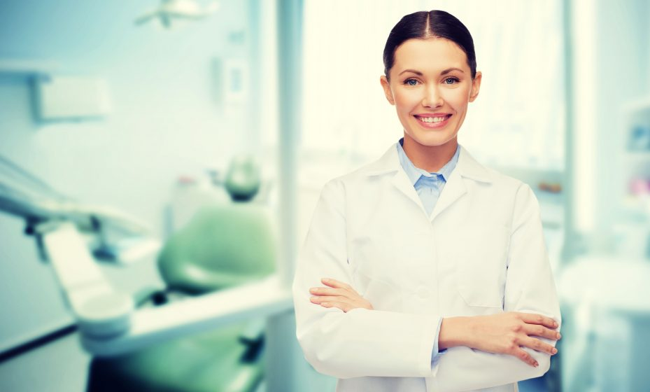 Dentista feliz porque não faz parte de franquia clínica odontológica