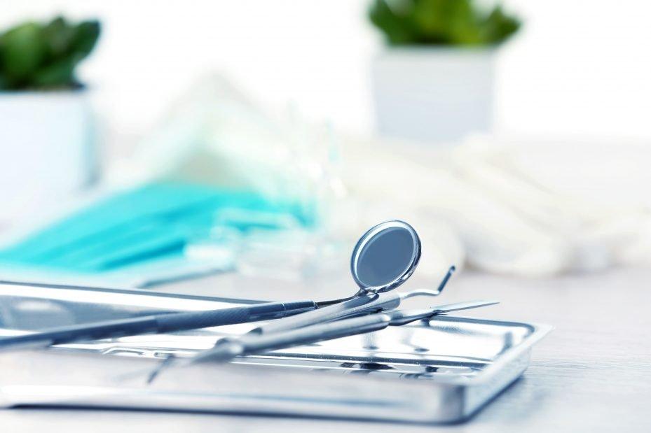 Instrumentais de uma maleta odontológica
