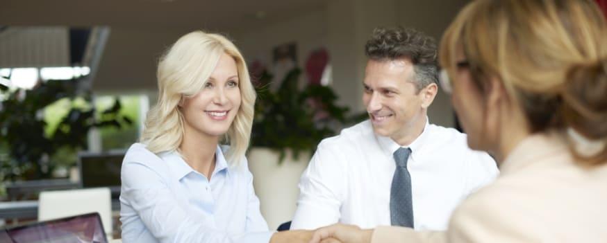 Duas pessoas fazendo o relacionamento de marketing para clínica odontológica