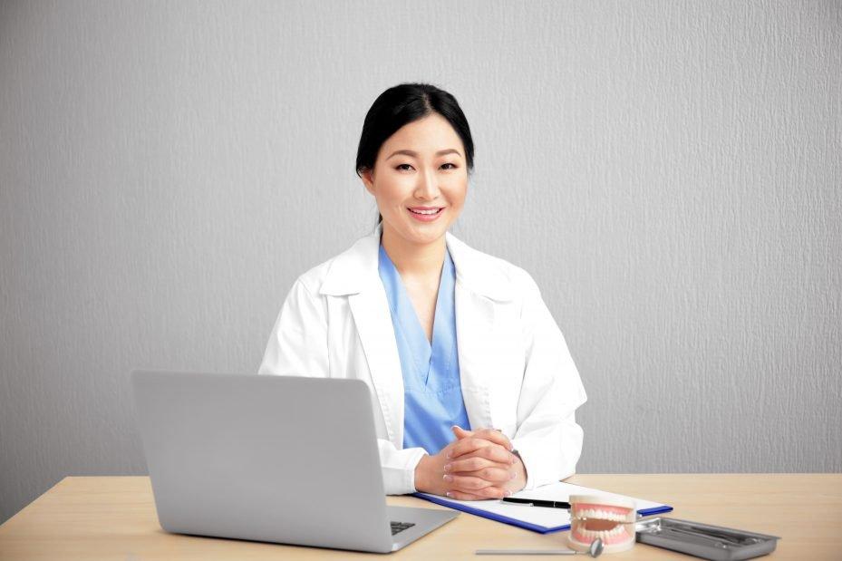 Dentista com seu programa para clínica no computador