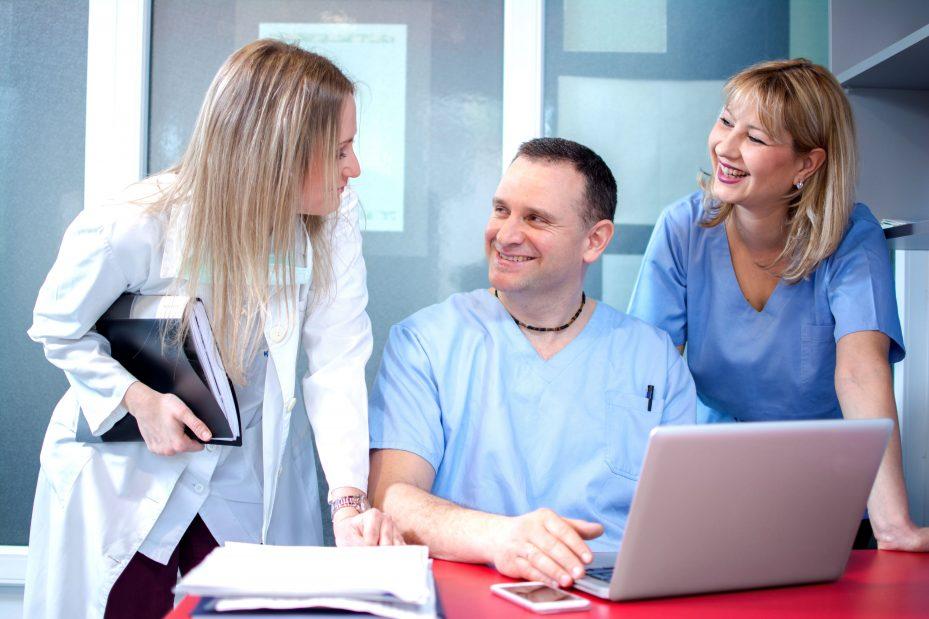 Dentistas analisando o programa para clínica