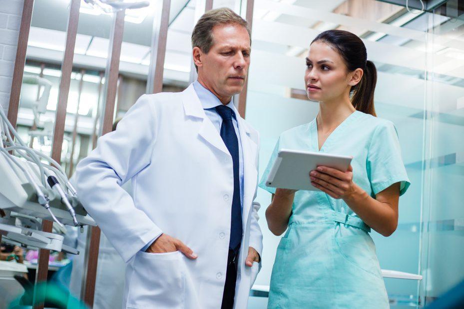 Dentistas visualizando juntos um software para clínicas