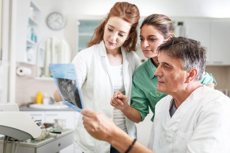dentistas olhando exames feitos com brocas odontológicas