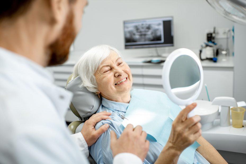 Dentista formado formado em odontogeriatria especialização