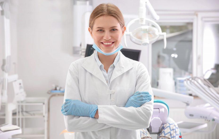 dentista-em-um-consultorio-sorrindo-com-bracos-cruzados