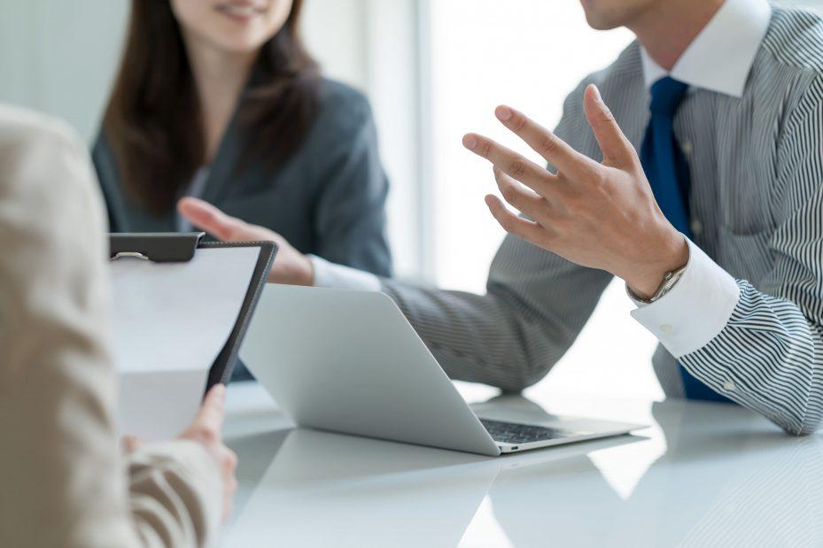 Profissionais discutindo sobre gerenciamento de empresas