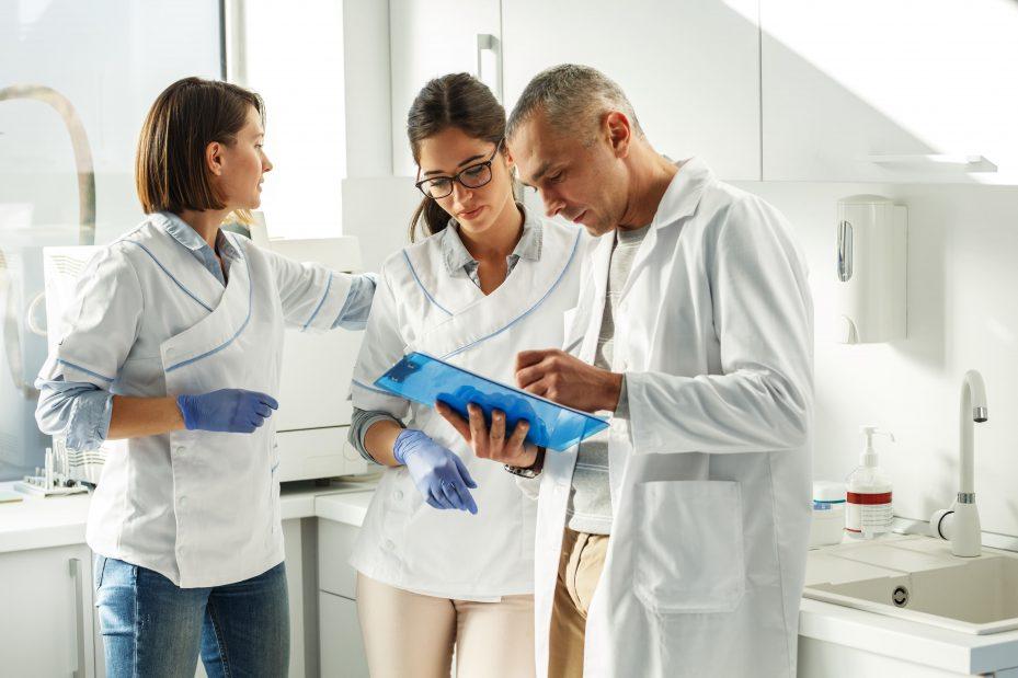Equipe de dentistas discutindo sobre gestão de clínicas