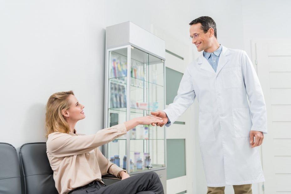 Dentista realizando atendimento ao cliente