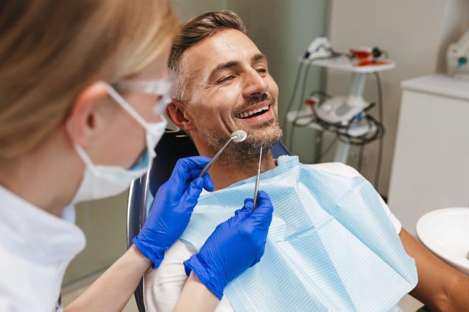 Dentista realizando procedimento em paciente