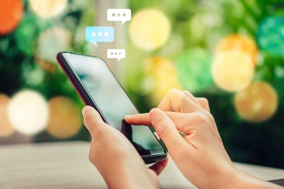 Dentista fazendo agendamento online pelo celular