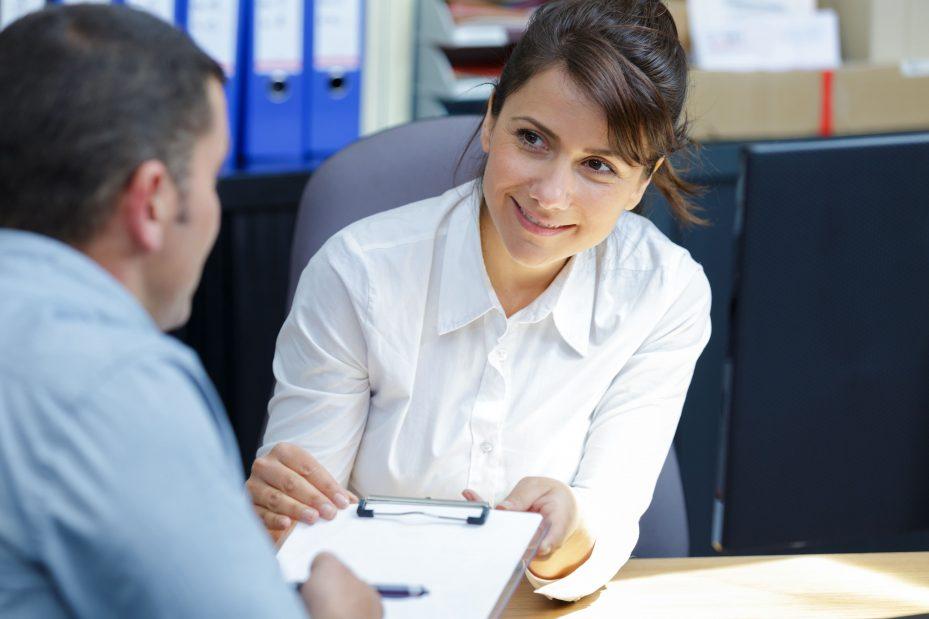 Mulher em reunião mostrando como conquistar clientes