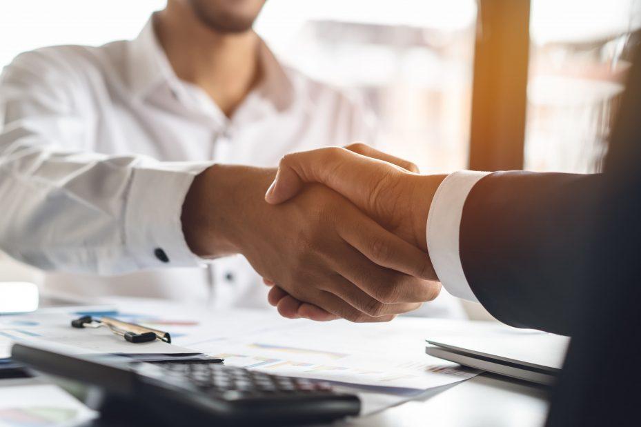 profissional que sabe como gerar leads qualificados apertando a mão de seu cliente