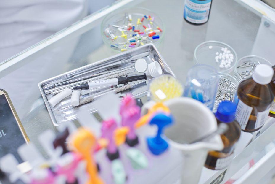 Dentista organizando o estoque de materiais da sua clínica