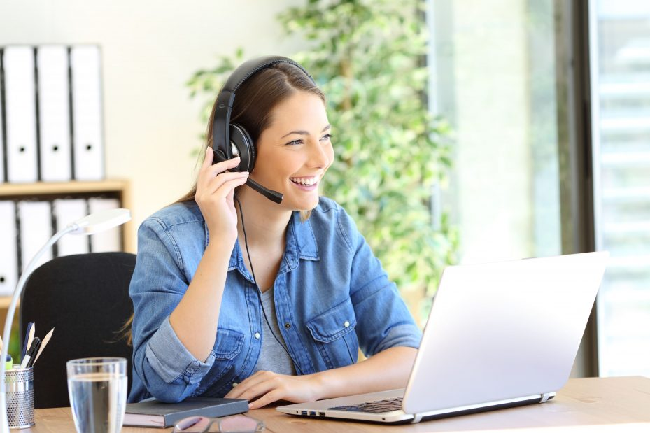 Profissional usando software de atendimento ao cliente